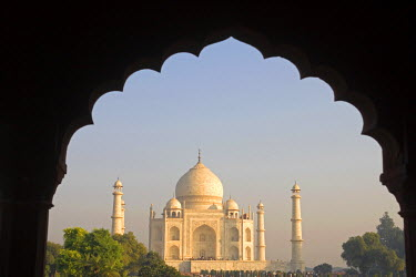 IND5253 View of Taj Mahal from arched gateway, Agra, India