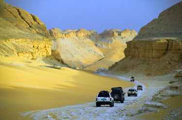 EGY1340 4x4s descend through the escarpment on the approach to Dakhla Oasis in the Western Desert, Egypt