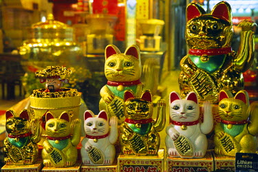 CH1603 Rows of Maneki Neko's (beckoning cats) sit atop a stall in the Temple Street Night Market, in Yau Ma Tei, Hong Kong. The cats, with a waving left paw, is thought to attract customers, while the white...