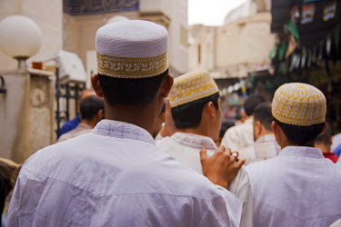 SY1141 Boys make their way to the Sayyida Ruqayya Mosque in the Old City, Damascus, Syria