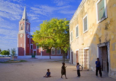 MOZ1209 Children play in front of the governor's palace on Ilha do Mozambique, the old capital of Portuguese East Africa