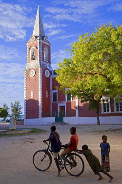 MOZ1208 Children play in front of the governor's palace on Ilha do Mozambique, the old capital of Portuguese East Africa