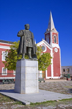 MOZ1197 A statue of Vasco de Gama stands in front of the old governor's palace on the Ilha do Mozambique, the old capital of Portuguese East Africa.