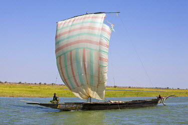 MAL0618 Mali, Niger Inland Delta. A pirogue under sail on the Niger River between Mopti and Timbuktu.