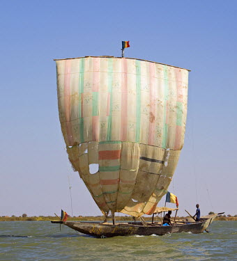 MAL0617 Mali, Niger Inland Delta. A pirogue under sail on the Niger River between Mopti and Timbuktu.