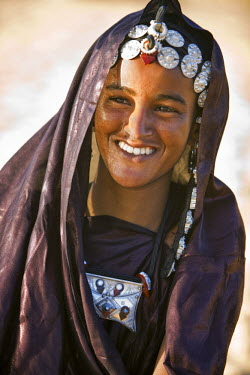 MAL0596 Mali, Timbuktu. A Tuareg woman with attractive silver jewellery at her desert home, north of Timbuktu.
