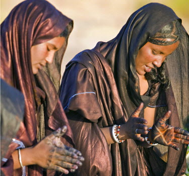 MAL0593 Mali, Timbuktu. Tuareg women sing and dance near their desert home, north of Timbuktu.