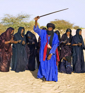 MAL0590 Mali, Timbuktu. A group of Tuareg men and women sing and dance near their desert home, north of Timbuktu.