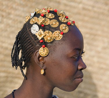 MAL0576 Mali, Timbuktu. A Songhay girl with an elaborately decorated hairstyle in Timbuktu.