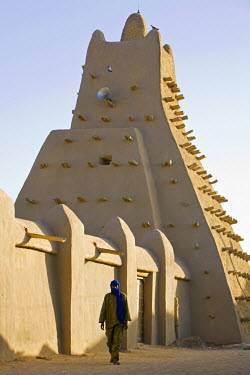 MAL0567 Mali, Timbuktu. The Sankore Mosque at Timbuktu which was built in the 14th century by an architect from Granada who was commissioned by the Malian emperor Mansa Musa to design a mosque around which Sa...