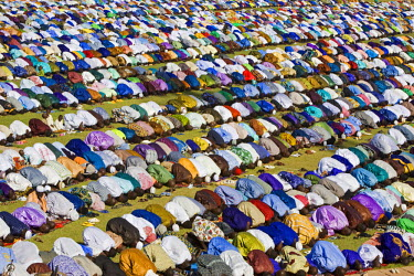 MAL0545 Mali, Mopti. A huge gathering of brilliantly dressed Muslim men pray to Allah at an open-air service to commemorate the end of the Muslim holy month of Ramadan. This celebration is known as Idd el Fit...