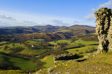 WAL6659 Wales, Denbighshire, Llangollen. The ruins of Castell Dinas Bran, built by Welsh Prince Madog ap Gruffydd Maelor in the 1230s AD, look down on the Dee Valley.