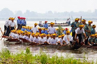 CH2723 China, Yunnan province, Xishuangbanna. Jinghong City Dragon Boat races during the Water Splashing Festival