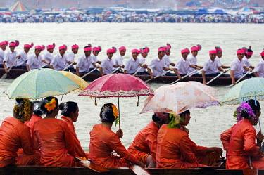 CH2724 China, Yunnan province, Xishuangbanna. Jinghong City Dragon Boat races during the Water Splashing Festival