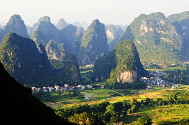 CH2786 China, Guangxi Province, Yangshuo near Guilin. Karst limestone mountain scenery