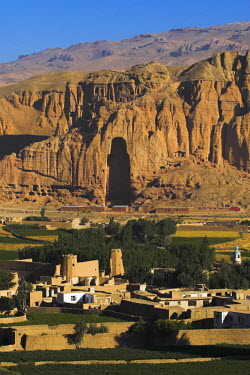 AF01015 Afghanistan, Bamiyan Province, Cliffs with empty niche where the famous carved Budda once stood