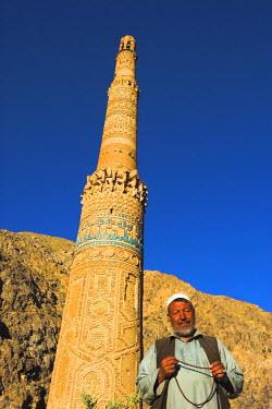 AF01032 Afghanistan, Ghor Province, Afghani man infront of 12th Century Minaret of Jam