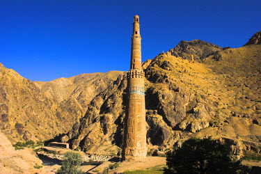 AF01036 Afghanistan, Ghor Province, 12th Century Minaret of Jam with Quasr Zarafshan in background