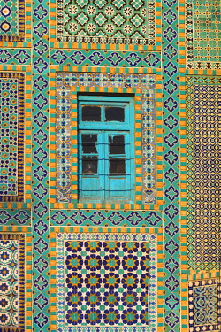 AF01101 Afghanistan, Mazar-I-Sharif, Tiling round blue window, Shrine of Hazrat Ali