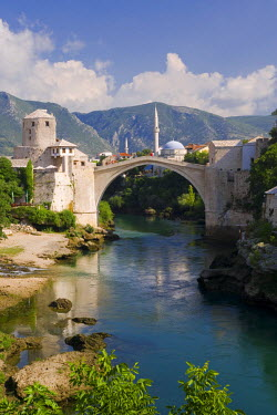 BH01021 Mostar & old Bridge over the Neretva river, Bosnia and Herzegovina