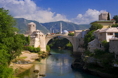 BH01022 Mostar & old Bridge over the Neretva river, Bosnia and Herzegovina