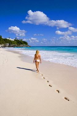 BU01052 Bermuda, South Coast Beaches, woman walking along empty beach