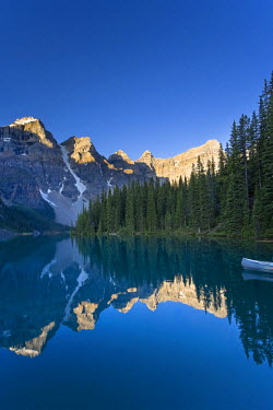CA08166 Moraine Lake and Valley of 10 Peaks (Wenkchemna Peaks) at sunrise, Banff National Park, Alberta, Canada