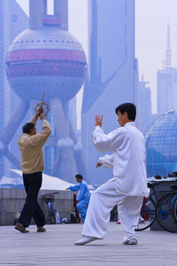 CN03095 China, Shanghai, morning exercises/Tai Chi in Huangpu Park on the Bund, Pudong in background