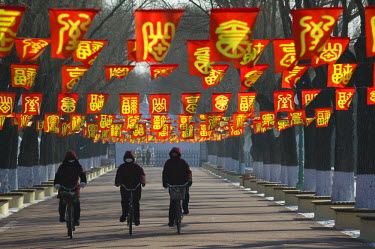 CN06159 China, Heilongjiang, Harbin, Ice and Snow Festival, Bicycle Riders at entranceway to festival