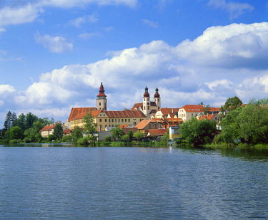 CZ04049 Czech Republic, Telc, view across river to town