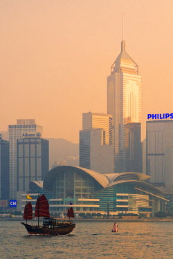 HK01213 Junk on Victoria Harbour & skyline, Hong Kong, China