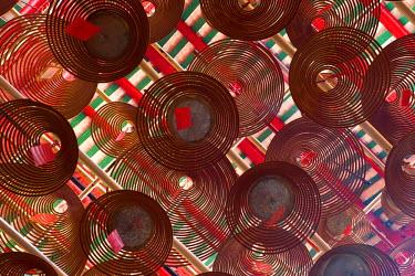 HK01233 Asia, China, Hong Kong, Central District, Hong Kong Island, Man Mo Chinese Temple, Giant spiral incense coils