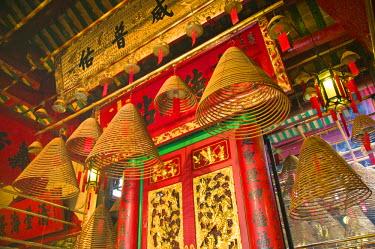HK01263 China, Hong Kong, Central, Hollywood Road, Man Mo Temple, large incense coils