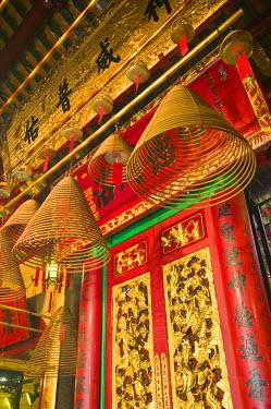 HK01264 China, Hong Kong, Central, Hollywood Road, Man Mo Temple, large incense coils