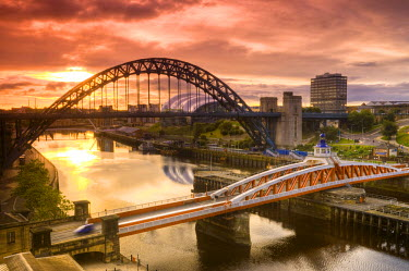 UK, England, Tyne and Wear, Newcastle and Gateshead, The Tyne and Swing Bridges over the River Tyne at sunrise