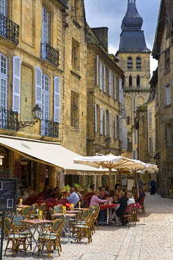 FR05206 Cafe Scene, Sarlat, Dordogne, France