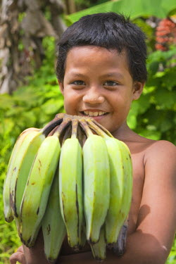 MI02044 Child holding bananas, Pohnpei, Federated States of Micronesia