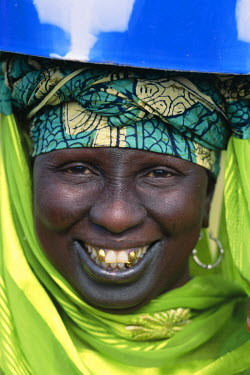 TPX5354 African Woman Carrying Box on Head / Portrait, Banjul, Gambia