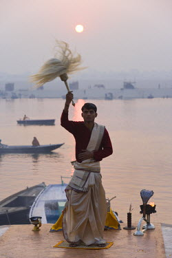 IN04128 Hindu ceremony, River Ganges, Varanasi, Uttar Pradesh, India