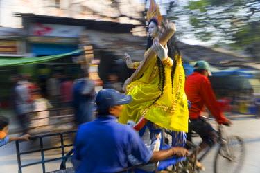IN04144 Sarasvati (Female Hindu God) idol being carried through street, Calcutta, West Bengal, Inida