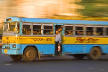 IN04156 India, West Bengal, Kolkata, Calcutta, Bus