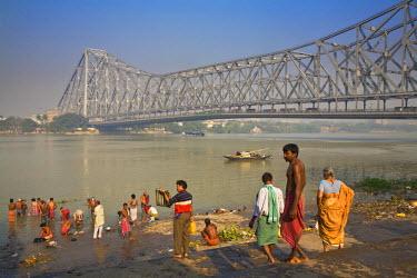 IN04167 India, West Bengal, Kolkata, Calcutta, Ghat near Hooghly bridge, People bathing in Hooghly River