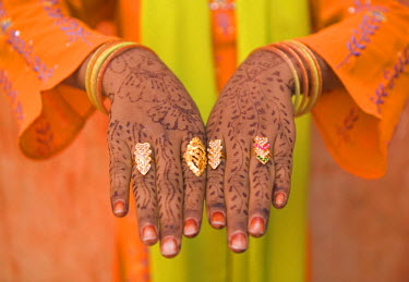IN05086 Young Indian Girl with Hennaed Hands, Jaipur, Rajasthan, India