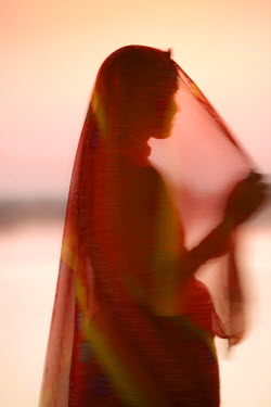 IN05310 Woman in Traditional Dress, Gadsisar Lake, Jaisalmer, Rajasthan, India, MR