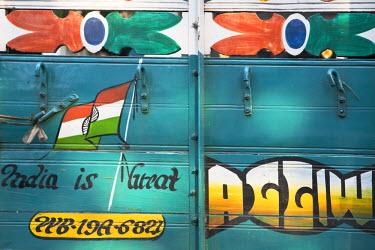 IN08317 India, West Bengal, Kolkata, Calcutta, Back of lorry