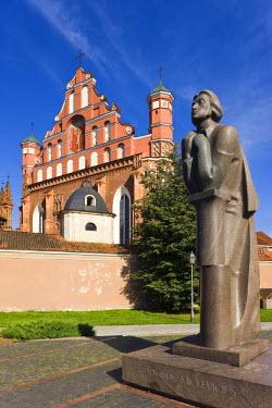 LT01023 Lithuania, Vilnius, St. Anne's Church and St. Francis and Bernardine Church