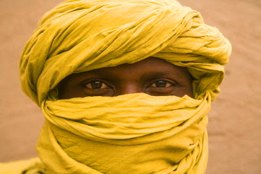 ML01040 Tuareg man wearing yellow turban, Mali