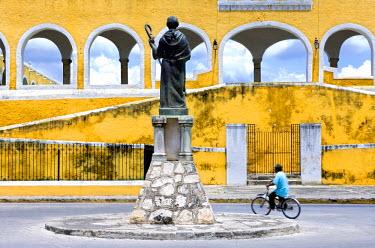 MX03171 Statue of Fray Diego de Landa, Izamal, Yucatan, Mexico