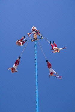 MX03313 Voladores (flying people) from Papantla, Veracruz state, Mexico
