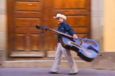 MX03435 Double Bass player in street, Guanajuato, Guanajuato state, Mexico